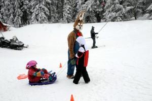 Zajačik s deťmi na svahu